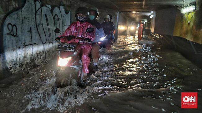 Memilih jas hujan tak bisa sembarang, terlebih buat pengendara wanita yang ingin tetap terlihat 'trendi' namun tidak menghilangkan faktor keselamatan.
