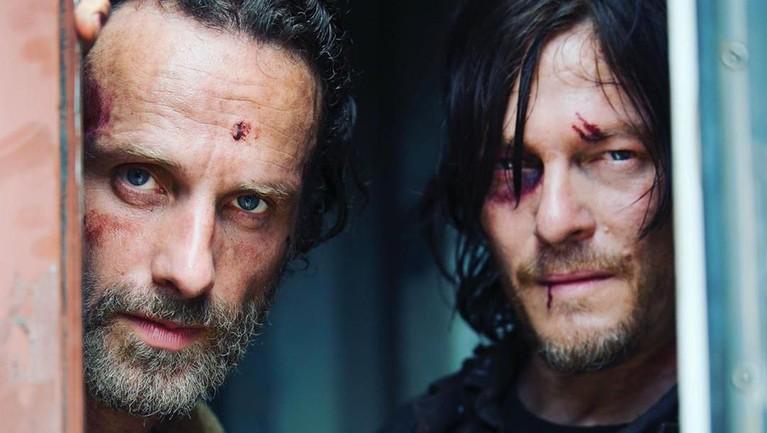 Bukan hanya skor, The Walking Dead juga banjir piala penghargaan. Terhitung serial itu meraih 70 kemenangan dari berbagai ajang penghargaan. Beberapa di antaranya Teen Choice Awards, People's Choice Awards, hingga ASCAP Awards.