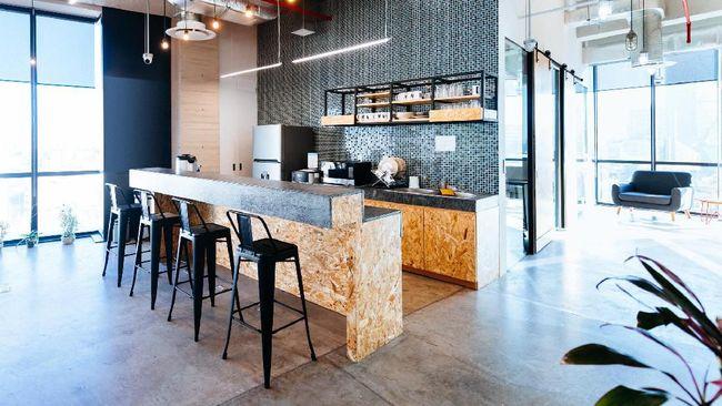 Penerapan konsep bar di area dapur dinilai dapat memberikan ruang bagi pemiliknya untuk makan, minum, dan menyiapkan makanan tanpa dibatasi sekat ruang lainnya.