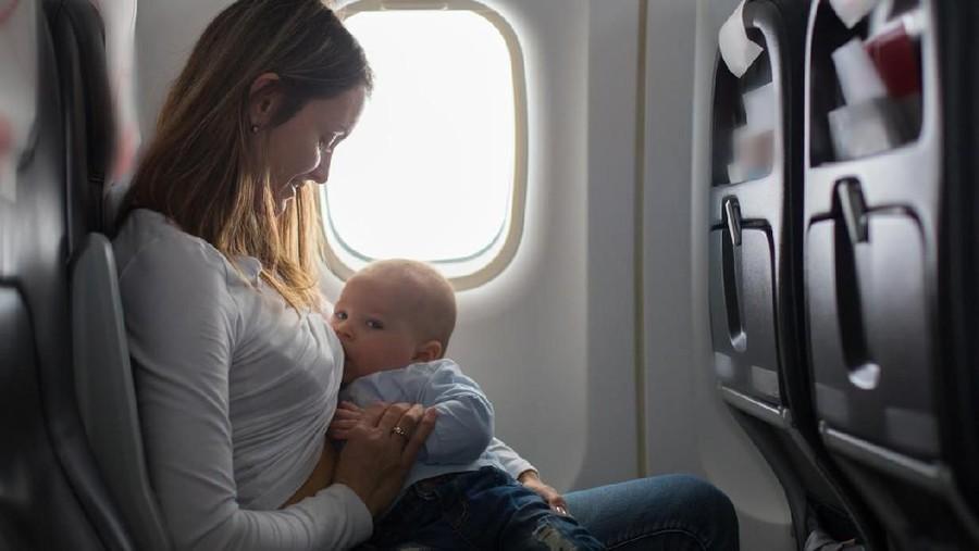 7 Tips Menyusui dengan Nyaman di Pesawat