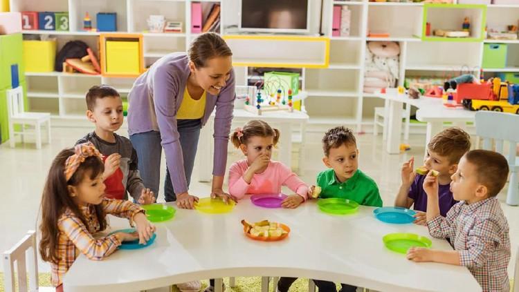 Bunda berencana mendaftarkan si kecil ke TK atau SD? Yuk, cek aturan soal usia masuk TK dan SD menurut aturan baru.