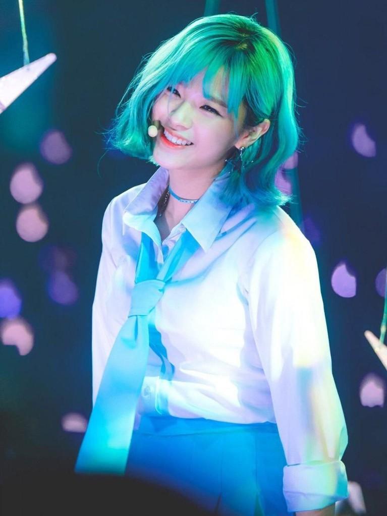 Jeong Yeon TWICE tampil heboh saat comeback lagu What is Love? pada tahun 2018 lalu. Pasalnya wanita itu dengan berani mengecat rambutnya menjadi warna biru. Kala itu banyak yang memujinya seperti tokoh kartun.