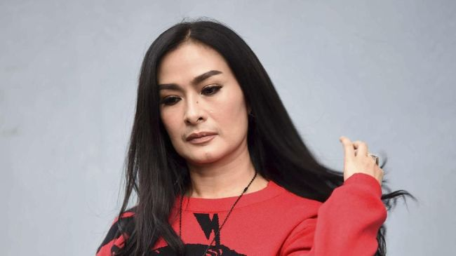 Pedangdut Iis Dahlia buka suara terkait hujatan netizen soal foto kehadiran Ayus dan Nissa Sabyan di rumahnya.