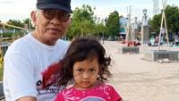 <p>Kiai Haji Ahmad Mustofa Bisri atau yang kita kenal dengan sebutan Gus Mus adalah salah satu ulama terkenal di Indonesia. Gus Mus kerap mengisi ceramah di berbagai kesempatan. Di balik kesibukannya memberi ceramah dan mengurus pondok pesantren, Gus Mus ternyata merupakan sosok yang dekat dengan cucu-cucunya lho. Kali ini ditemani salah satu cucu perempuannya. (Foto: Instagram @s.kakung)</p>