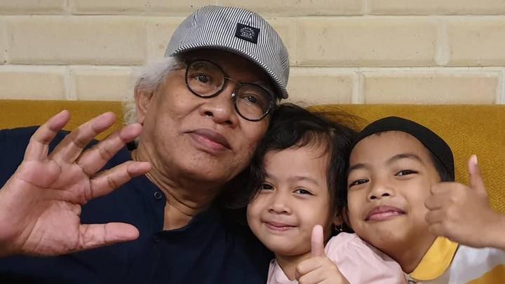 <p>Kalau ini foto bersama dua cucunya yang bernama Malak dan Nabih. Gus Mus memang selalu memperlihatkan keakraban dan kekompakan dengan cucu-cucunya, Bun. (Foto: Instagram @s.kakung)</p>