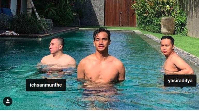 Bibi Ardiansyah dan Ichsan Munthe memiliki hubungan yang cukup dekat. Mereka terlihat sering berlibur bersama, seperti ke Bali belum lama ini. Bibi memamerkan fotonya bersama Ichsan dan teman lainnya saat mereka di kolam renang.