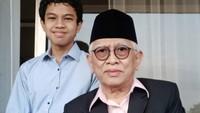 <p>Ini foto Gus Mus bersama cucunya yang sudah besar, namanya Eqtada. Dalam keterangan fotonya, Gus Mus mengatakan bahwa sang cucu harus kembali ke Jakarta setelah berlibur bersamanya. (Foto: Instagram @s.kakung)</p>