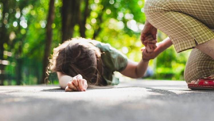 Jangan langsung panik. Simak pertolongan pertama saat anak pingsan berikut ini.