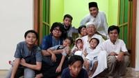 <p>Di antara belasan cucunya, banyak yang cowok nih, Bun. Kalau lagi ngumpul seru dan kompak ya Gus Mus dan para cucunya. (Foto: Instagram @s.kakung)</p>