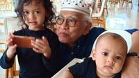 <p>Gus Mus diketahui memiliki 7 anak dan 13 cucu. Ia kerap mengunggah foto kebersamaan dengan cucu-cucunya di media sosial Instagram. (Foto: Instagram @s.kakung)</p>
