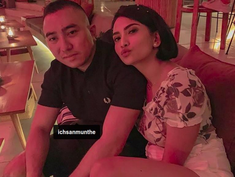 Vanessa Angel juga sempat berfoto dengan Ichsan Munthe. Ia menyebutkan Ichsan sebagai Pangeran Tebet. Mereka cukup dekat namun Ichsan membantah dirinya suami Vanessa yang misterius tersebut.