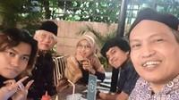 <p>Misalnya, ketika berkeliling Jakarta, Gus Mus ditemani oleh dua cucunya, Ben dan Billy. Sedangkan, ketika di Jawa Timur, ia ditemani oleh cucunya yang bernama Malak dan Malik. (Foto: Instagram @s.kakung)</p>