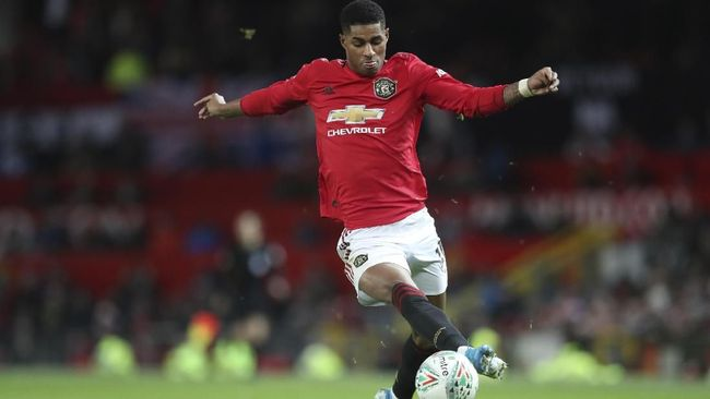 Manchester United's Marcus Rashford controls the ball on his way to score his side's first goal during the English League Cup quarter final soccer match between Manchester United and Colchester United at Old Trafford in Manchester, England, Wednesday, Dec. 18, 2019. (AP Photo/Jon Super)