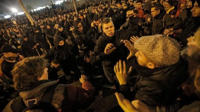 Polisi anti-huru hara bentrok dengan demonstran pada Rabu (18/12) malam di jalan dekat stadion Camp Nou saat laga Barcelona kontra Real Madrid.