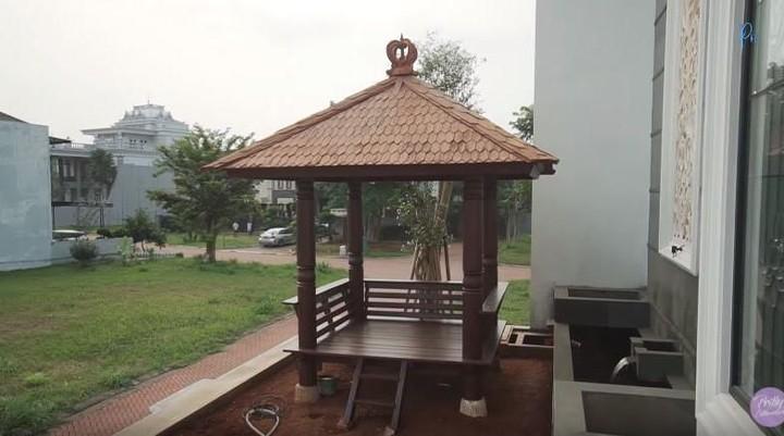 <p>Selain itu, di lantai dasar ada saung untuk keluarga dan teman-temannya berkumpul. (Foto: YouTube Prilly Latuconsina)</p>