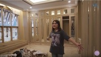 <p>Di dalam kamarnya juga ada walk ini closet yang luas. Ruangan tersebut berisi lemari-lemari untuk menyimpan koleksi tas, sepatu, dan baju milik Prilly. (Foto: YouTube Prilly Latuconsina)</p>