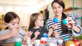 Seorang Ibu Ajarkan Anak Cara Mengatur Uang di Masa Karantina