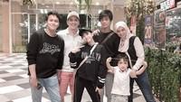 <p>Fadli Akhmad menikah dengan Ratna Chaerana. Keduanya dikaruniai empat anak, Akhmad Rafa Alfarabi, Rachmat Raqilla, Ahmad Attier Ar-raafi, dan Azizi Shafa Asadel atau Zee JKT48. (Foto: Instagram @superfadli)</p>