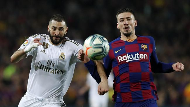 Real Madrid's Karim Benzema, left, and Barcelona's Clement Lenglet fight for the ball during a Spanish La Liga soccer match between Barcelona and Real Madrid at Camp Nou stadium in Barcelona, Spain, Wednesday, Dec. 18, 2019. Thousands of Catalan separatists are planning to protest around and inside Barcelona's Camp Nou Stadium during Wednesday's