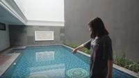 <p>Prilly membuat kolam renang di rumahnya. Permainan warna di lantainya membuat kolam renang ini tidak terlihat membosankan. Prilly mengatakan bahwa dinding abu-abu di samping kolam renang akan ditanami tumbuhan rambat. (Foto: YouTube Prilly Latuconsina)</p>