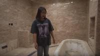 <p>Kamar mandi pribadi yang ada di kamar Prilly tak kalah bagus. Tidak hanya ukurannya yang luas, dinding dan lantai marmer berwarna cokelat juga menambah kesan mewah di kamar mandi ini. (Foto: YouTube Prilly Latuconsina)</p>