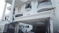 <p>Aktris Prilly Latuconsina sedang proses membangun rumah impiannya. Dari video yang ia unggah pada Selasa (17/12/2019) di akun YouTube miliknya, pembangunan rumahnya sudah mencapai 90 persen dengan dominasi warna putih di bagian depan. (Foto: YouTube Prilly Latuconsina)</p>
