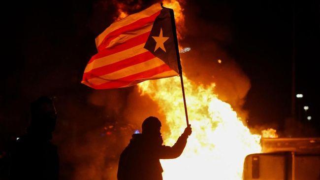 Massa pro separatis Catalonia dan polisi bentrok di dekat Stadion Camp Nou, Barcelona, Spanyol ketika pertandingan