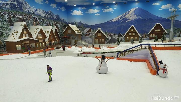 <p>Bunda dan keluarga bisa juga menikmati wahana salju di Trans Snow World II. Wah, pastinya akan seru banget ya. (Foto: Yuni Ayu Amida)</p>