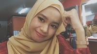 Setuju ya, Bun? Ulfi enggak kalah cantik saat mengenakan jilbab. Kira-kira mirip sang mama enggak nih? (Foto: Instagram @ulfidmy)