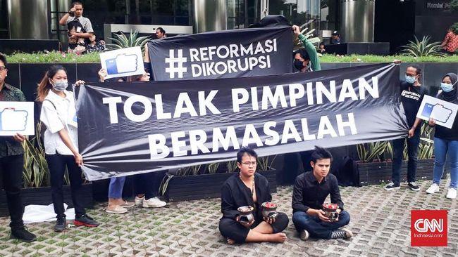 Aksi teatrikal menolak pimpinan KPK pimpinan Firli Bahuri digelar dengan mendatangkan dua dukun seolah sedang mengusir roh jahat.