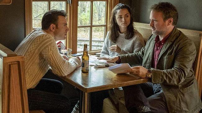 Selain soal jalan ceritanya yang dianggap menarik, film Knives Out juga sukses menghebohkan dunia fashion dengan sweater aran yang dipakai Chris Evans.