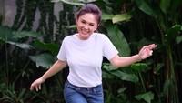 <p>Tubuh langsing membuat Yuni Shara selalu pantas mengenakan baju apa saja. Salah satunya casual look seperti satu ini, basic tee putih dipadukan celana jeans membuatnya tetap stylish. (Foto: Instagram @yunishara36)</p>