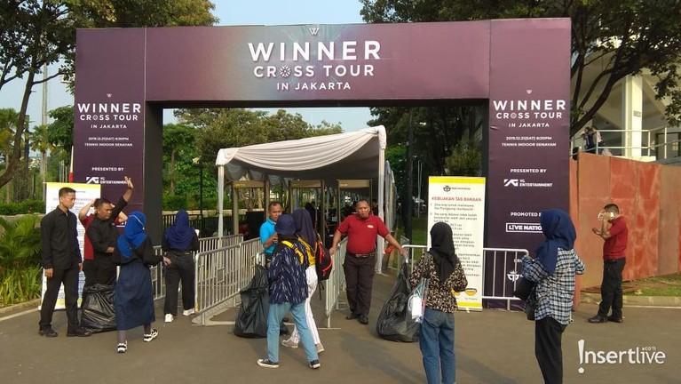 Berikut adalah beberapa keseruan konser Winner Cross Tour in Jakarta yang diselenggarakan di Tennis Indoor Senayan versi Insertlive