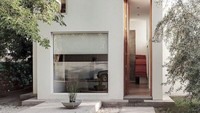 Rumah dua lantai ini adalah rumah impian minimalis yang sempurna. Perhatikan pintu tinggi yang luar biasa yang mengarah ke tangga ramping. Jendela tinggi penuh yang membiarkan sinar matahari masuk, membuatnya terasa lebih luas daripada yang disarankan oleh rekaman.