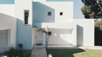 Dengan cat warna putih, rumah makin terlihat minimalis dan memberi kesan bersih..