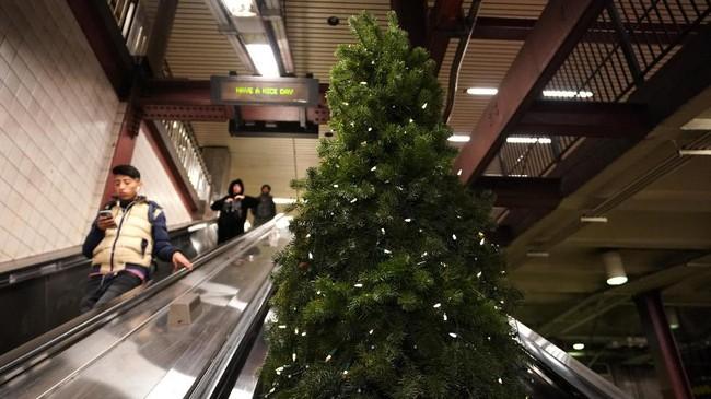 Pohon Natal biasanya hanya berdiam di satu tempat. Namun berbeda dengan pohon natal di New York yang bisa jalan ke mana-mana.