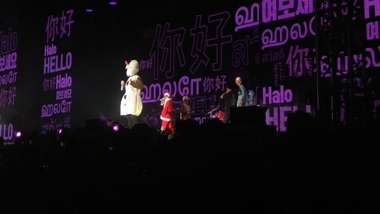 Aksi lucu personel WINNER selesaikan konser mereka di Jakarta yang bertajuk WINNER CROSS Tour in Jakarta.