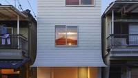 Gandare House, rumah minimalis yang terletak di Osaka, Jepang ini adalah contoh sempurna tentang aliran minimalis. Dalam ruang terbatas seperti itu, arsitek telah berhasil membuat sebuah rumah yang terlihat sederhana dari luar tetapi dengan desain minimalis di dalam.