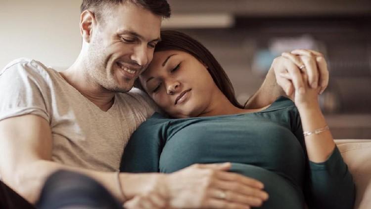 Sebagian ibu hamil mungkin enggan berhubungan sekssual karena takut mengganggu perkembangan janin. Padahal, banyak manfaatnya lho. Bunda simak ya.