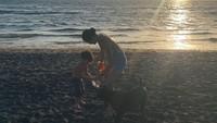 <p>Selain bermain di dalam rumah, Kahi juga kerap mengajak anak-anaknya bermain di pantai di Bali. (Foto: Instagram @kahi_korea)</p>