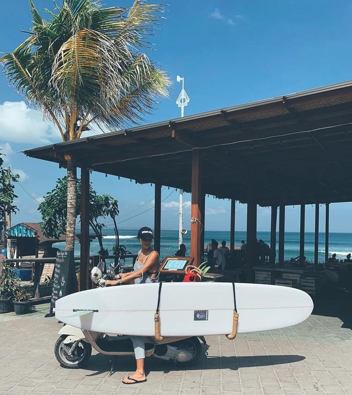 <p>Tinggal di Bali, mantan personel <em>girlband</em> Korea, Kahi ternyata sudah bisa menyesuaikan diri dengan kebiasaan warga dan turis yang menggunakan motor sebagai alat transportasi sehari-hari. (Foto: Instagram @kahi_korea)</p>