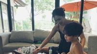 <p>Kahi dan anak-anaknya sudah menyesuaikan diri dengan iklim tropis di Bali. Misalnya saja saat di rumah, ia membebaskan anak pertamanya, Noah, untuk tidak mengenakan pakaian saat sedang bermain. (Foto: Instagram @kahi_korea)</p>