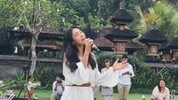 <p>Meski sudah lama tak menjadi personel <em>girlband</em> Korea, Kahimasih mampu memukau para tamu undangan di sebuah pernikahan di Bali. (Foto: Instagram @kahi_korea)</p>