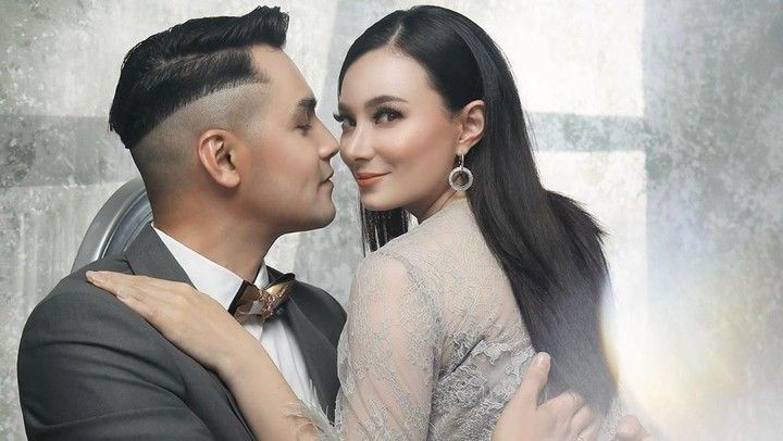 <p>Lalu pada 22 Desember 2013, Asmirandah dan Vanno dikabarkan menikah lagi. Artis cantik berdarah Betawi dan Belanda ini mengatakan sudah bersatu lagi dan dibaptis. (Foto: Instagram @asmirandah89)</p>