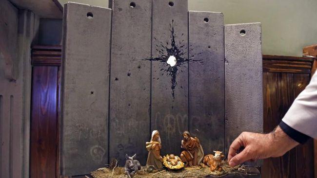 Jelang Natal, seniman misterius Banksy menyuguhkan karya mengenai kelahiran Kristus di Betlehem dengan latar tembok perbatasan Israel dengan Palestina.
