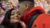 <p>Asmirandah dan Vanno pun berbagi momen bahagia di Instagram. Mereka sedang berlibur di New York, Amerika Serikat, merayakan ulang tahun pernikahan serta Natal. (Foto: Instagram @asmirandah89)</p>
