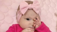 Arabella saat mengenakan bandana pink. Sudah pintar bergaya ya, Bun. (Foto: Instagram @aurakasih)
