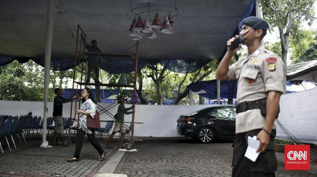 Polda Sumatera Barat membenarkan penangkapan Sudarto, aktivis yang gencar menolak larangan Natal di wilayah Sumbar. Dia dijerat UU ITE.