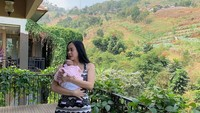 <div>Aura Kasih melahirkan anak pertamanya berjenis kelamin perempuan pada 16 Juni 2019. (Foto: Instagram @aurakasih)</div>
