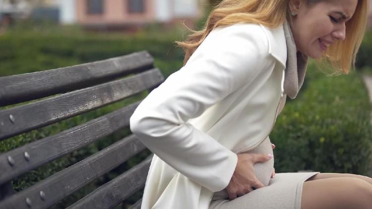 Keguguran bisa dialami siapa saja. Apalagi, risiko keguguran berbeda-beda di tiap usia kehamilan.
